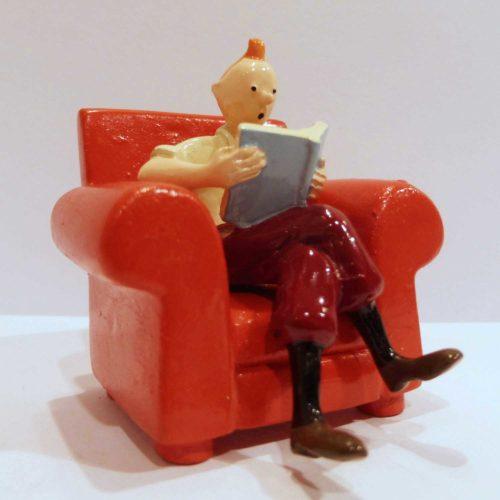 Tintin assis dans son fauteuil rouge